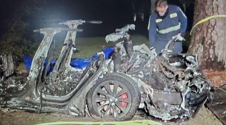 Sürücüsüz Tesla hurdaya döndü: 2 ölü